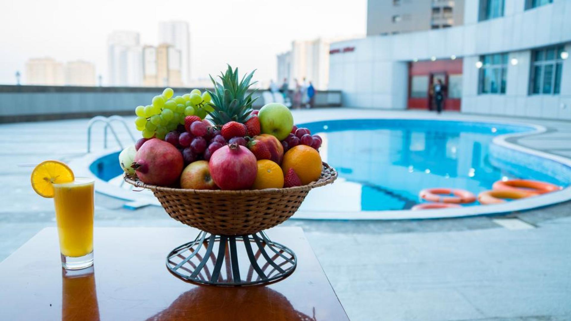 Фото бассейна в Crown Palace Hotel