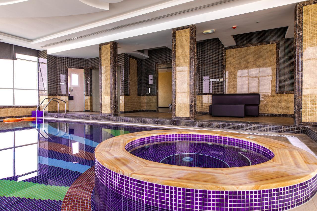 Фото крытого бассейна в Royal Beach Hotel & Resort